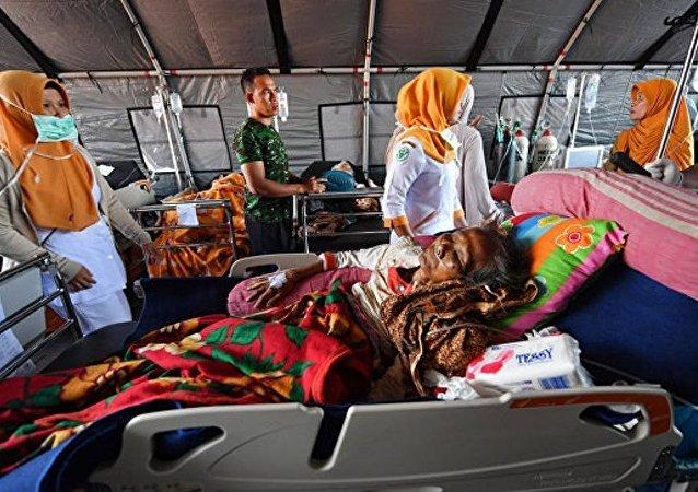 印尼派遣海军陆战队帮助地震受灾群众