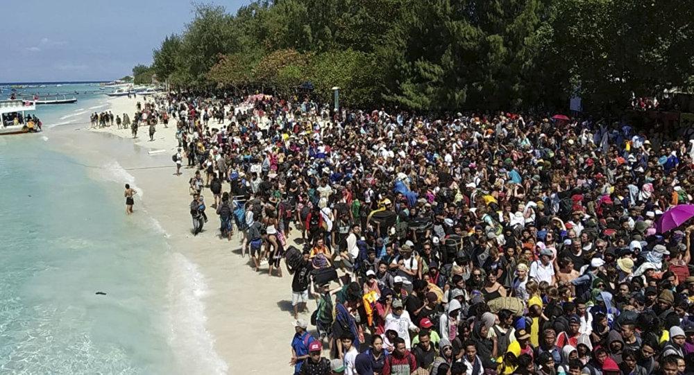 印尼地震後特拉旺岸島大批遊客等待撤離