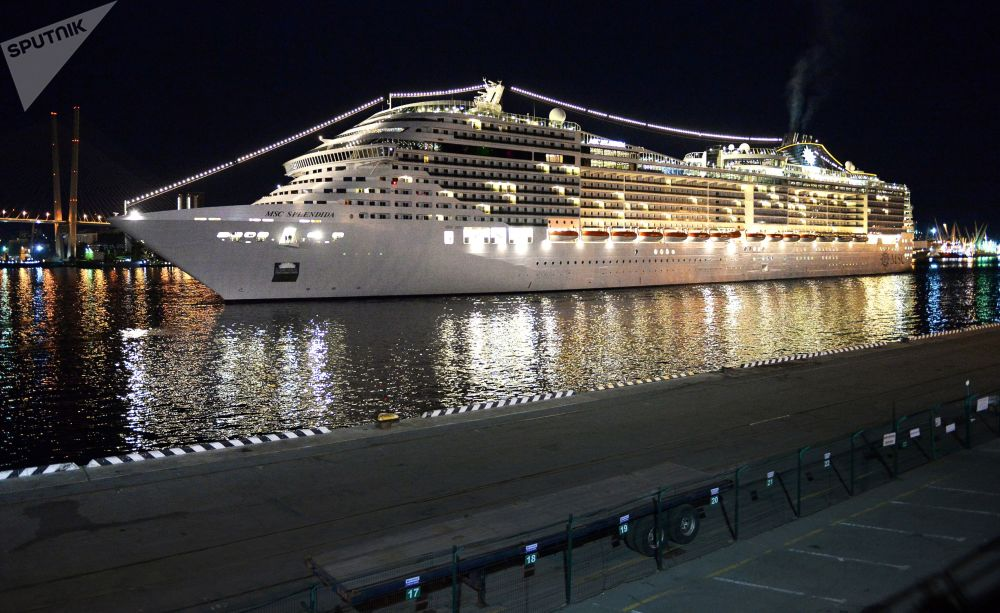 地中海輝煌號停靠在符拉迪沃斯托克海運碼頭。