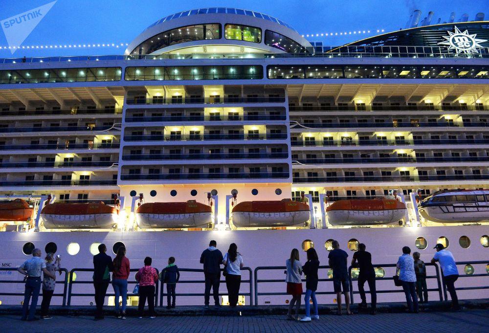 地中海輝煌號郵輪是有史以來進入符拉迪沃斯托克港的最大客船。數十人圍觀地中海輝煌號入港停泊。