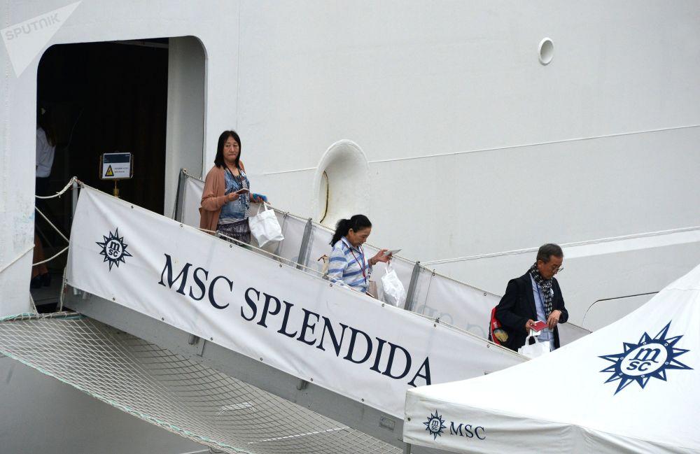 遊客走下停靠在符拉迪沃斯托克海運碼頭的地中海輝煌號郵輪。