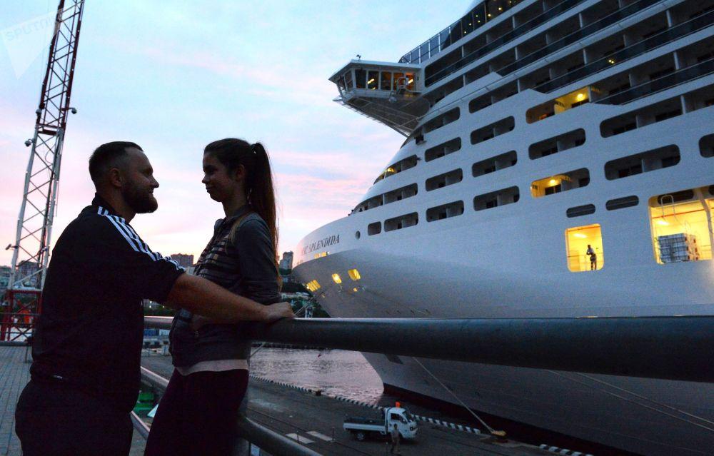 停靠在符拉迪沃斯托克海運碼頭的地中海輝煌號郵輪旁的年輕人