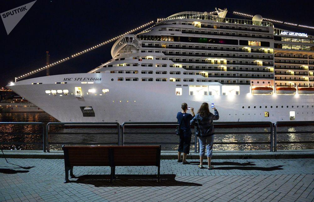 人們拍停靠在符拉迪沃斯托克海運碼頭的地中海輝煌號郵輪。
