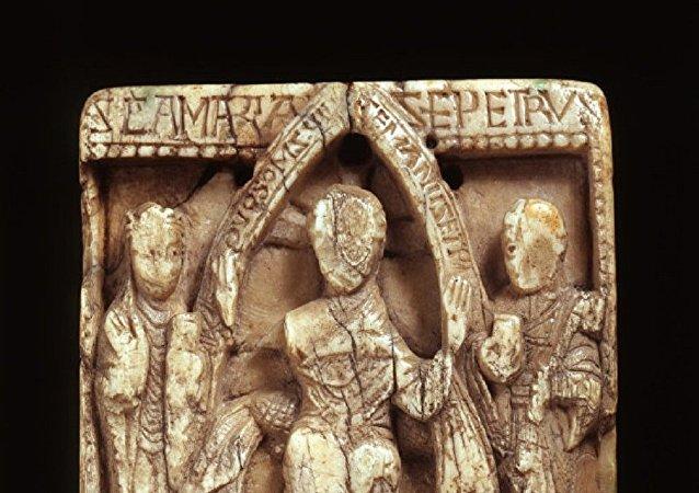 用海象骨雕刻的《圣经》故事