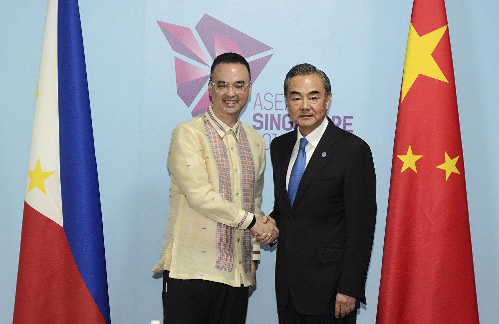 卡耶塔諾自己也對舉行中國-東盟聯合軍演表示支持。在剛剛過去的週末中國外長王毅在新加坡東盟與對話夥伴部長級會議期間透露,將在今年秋季舉行中國-東盟聯合軍演。
