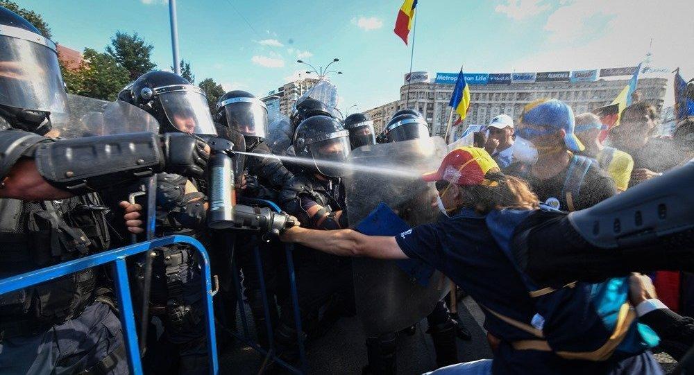 罗马尼亚大规模抗议活动引发骚乱造成30多人受伤
