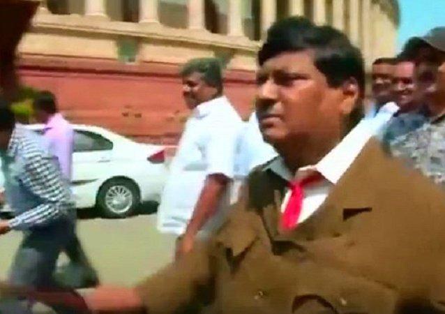 印度一名議員打扮成希特勒的樣子去上班
