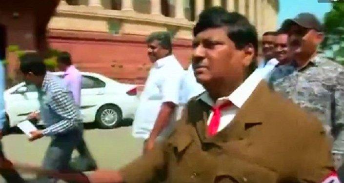 印度一名议员打扮成希特勒的样子去上班