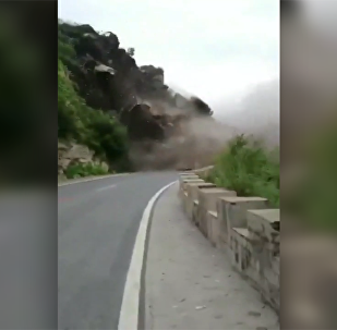 北京房山区发生山体崩塌 无人员伤亡和车辆损失