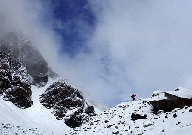 消息人士:塔吉克斯坦一架直升机山区硬着陆致机上5人死亡