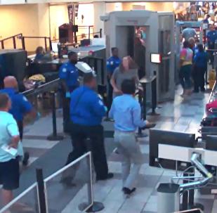 美国机场发现一个装有爆炸电池的冒烟袋 工作人员迅速将电池带离机场