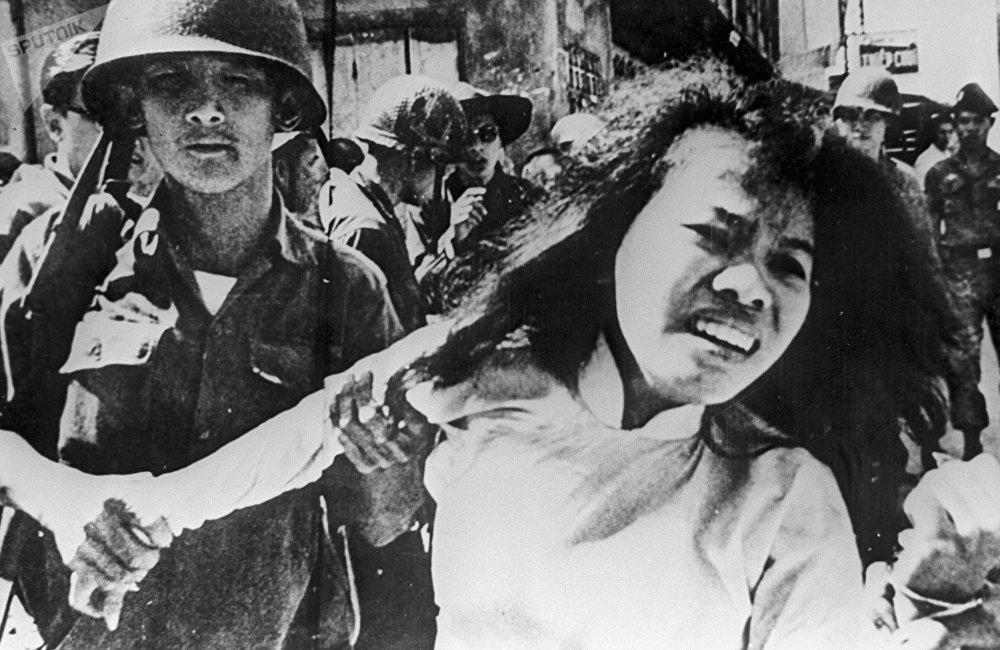 1971年,身为美国国务院军事分析员和兰德公司(为美国政府提供调研服务的分析中心)雇员的埃尔斯伯格向媒体披露了有关国家最高领导层在越南战争期间的行动机密。 此举几乎让埃尔斯伯格赔上自由,但却在终止战争和弹劾理查德∙尼克松总统方面发挥了作用。