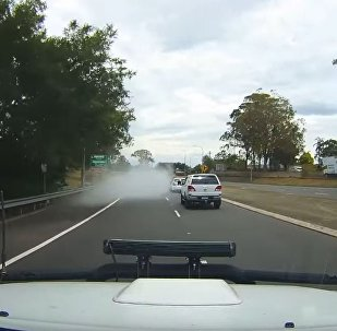 澳大利亞一輛汽車在公路上開著開著就消失了……