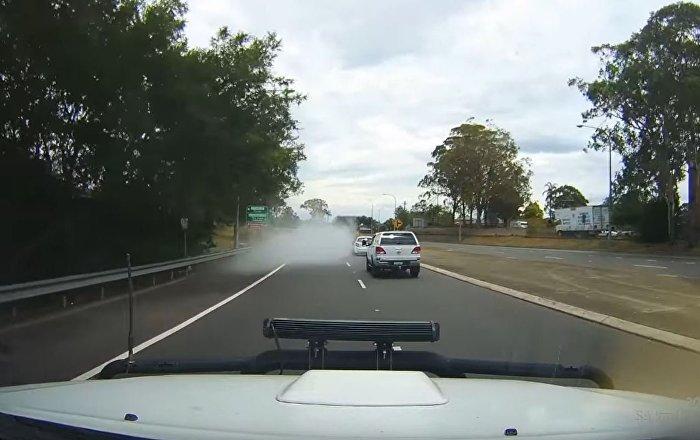 澳大利亚一辆汽车在公路上开着开着就消失了……