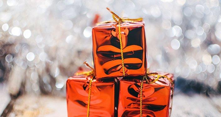 """一个英国村庄的所有居民都收到了""""神秘圣诞老人""""的礼物"""
