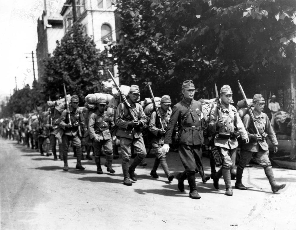 日本军队在首尔中心(照片拍摄于1910年至1945年日本殖民下的朝鲜)。