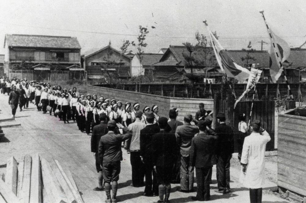 朝鮮大學生在日本士兵看管下去上班(照片拍攝於1910年至1945年日本殖民統治下的朝鮮)。