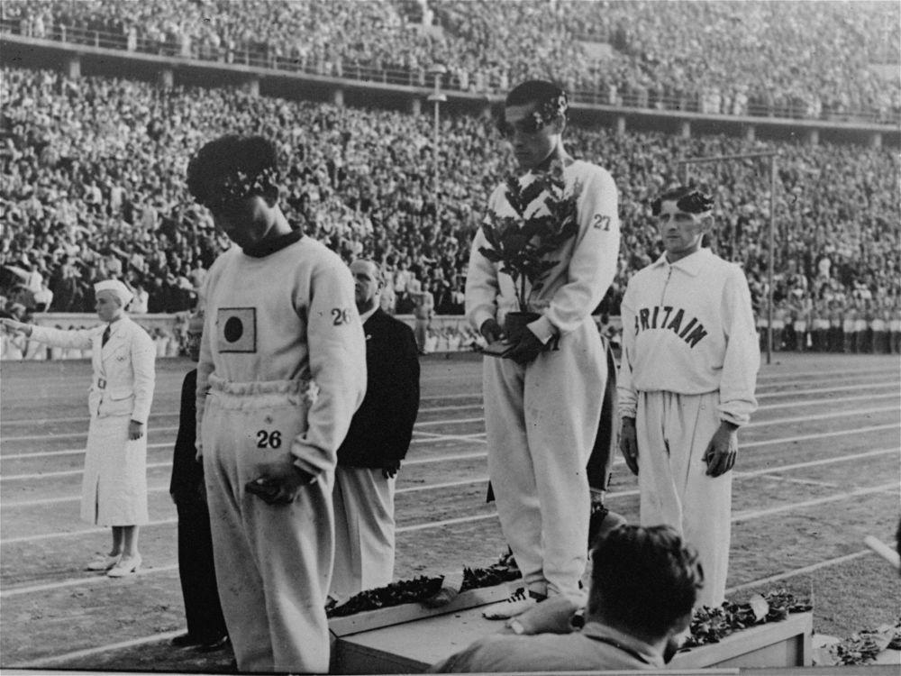 朝鲜运动员宋基仲和南昇竜在1936年柏林奥运会马拉松比赛的颁奖仪式上被迫用日本名字并在日本国旗下接受颁奖。