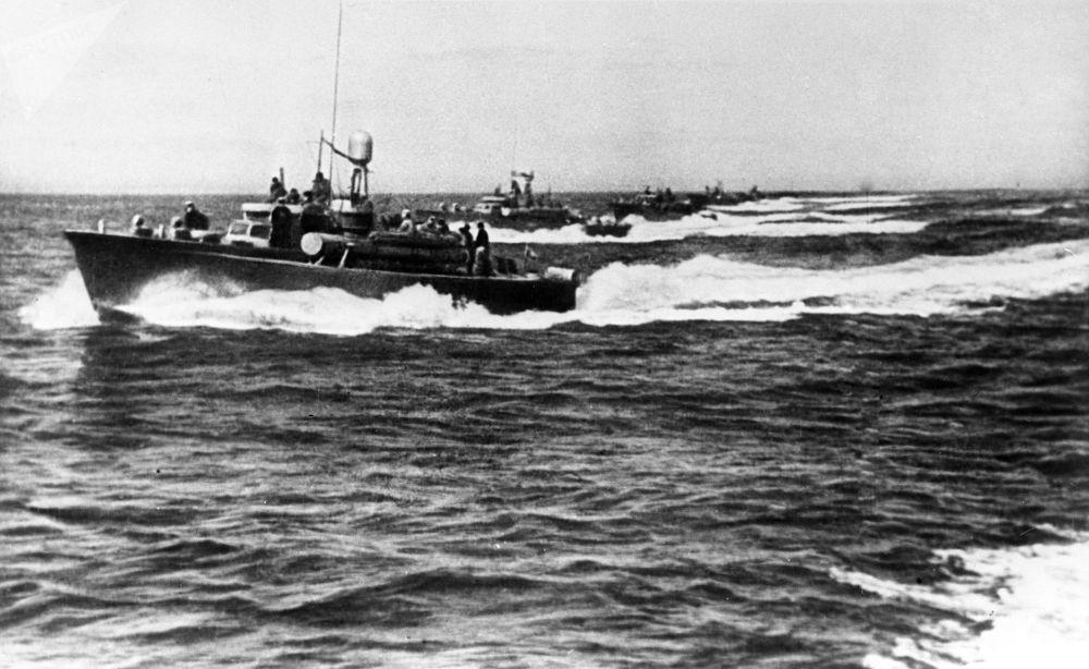 蘇聯魚雷艇襲擊咸興港。