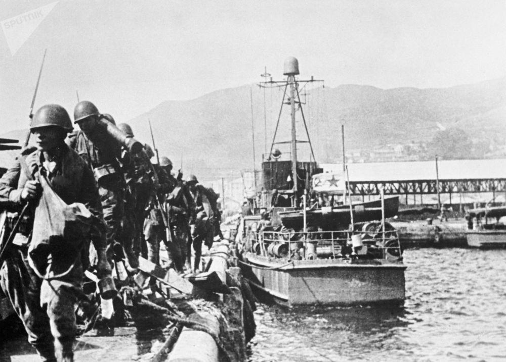 蘇聯軍隊登陸咸興港。