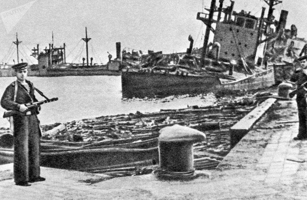被苏联空军摧毁的日本舰艇停泊在罗津港。