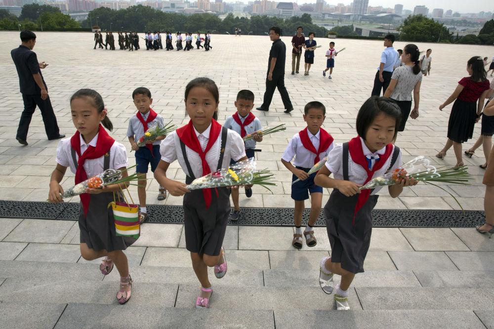 第二次世界大战结束日和从日本殖民统治下解放周年纪念日,朝鲜中小学生们向平壤金日成和金正日纪念碑献花。