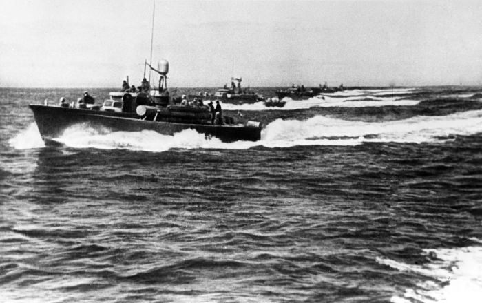 蘇聯魚雷艇攻擊咸興港。