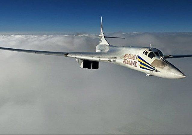 俄罗斯战略轰炸机图-160飞越北极