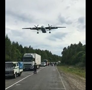 哈巴罗夫斯克边疆区的居民拍下了武装直升机在高速公路上降落的镜头