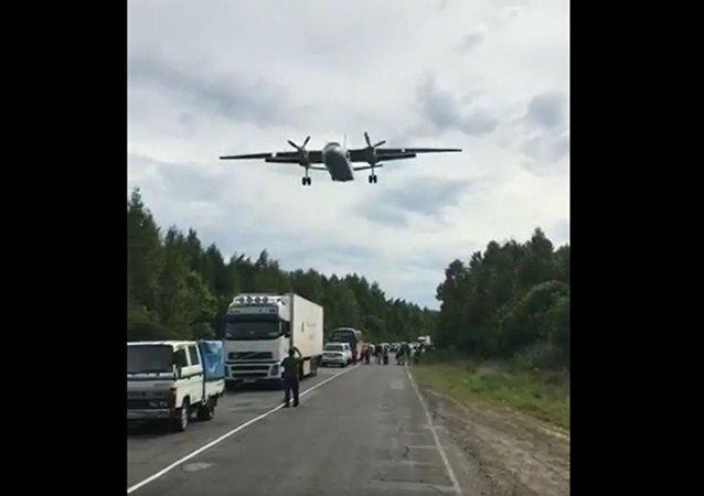 哈巴羅夫斯克邊疆區的居民拍下了武裝直升機在高速公路上降落的鏡頭