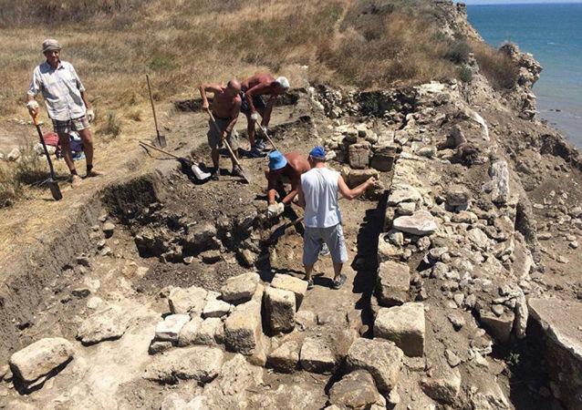 刻赤半島一個古墓的挖掘