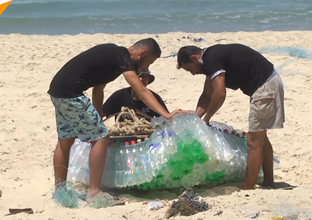 巴勒斯坦渔民用塑料瓶造船