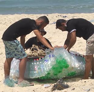 巴勒斯坦漁民用塑料瓶造船