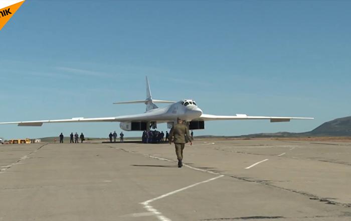 俄图-160战略轰炸机首降北极机场