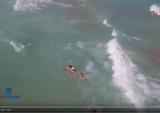 西班牙無人機救起一名落水女子