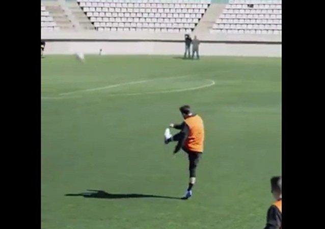 梅西一记弧线球从球场另一端的记者两脚之间通过