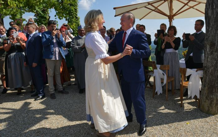 俄羅斯總統弗拉基米爾·普京與奧地利女外長卡琳·克奈斯爾共舞