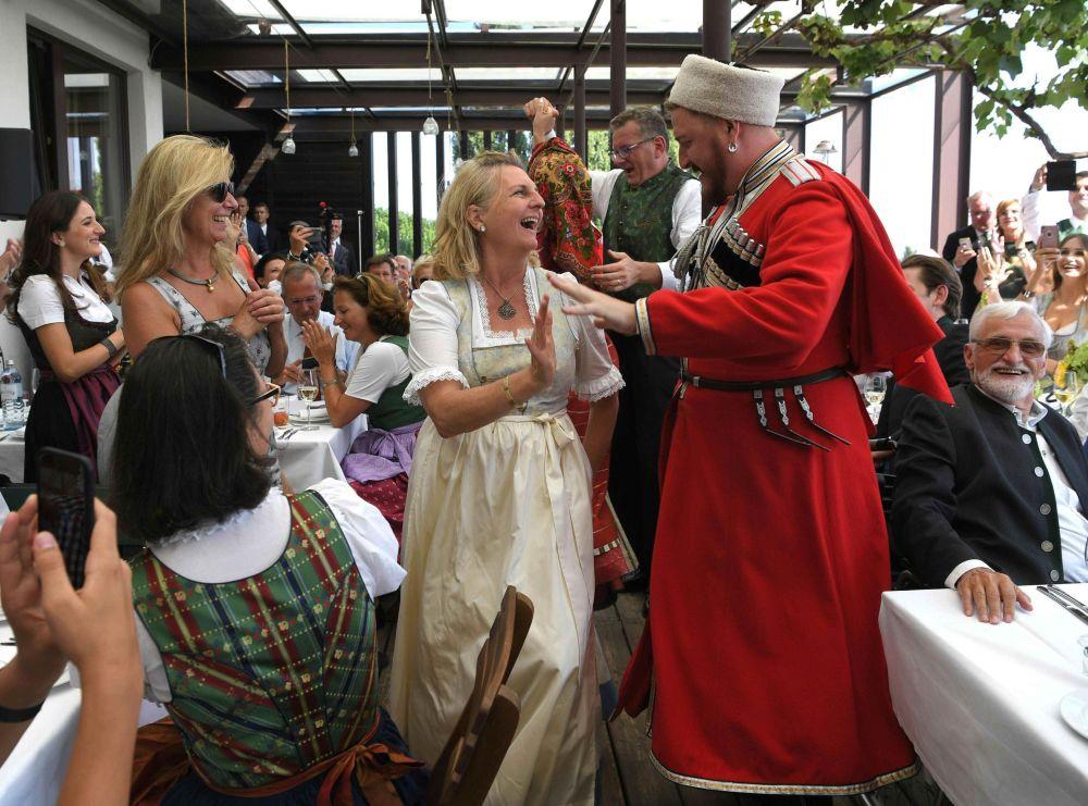 庫班哥薩克演員在奧地利外長的婚禮上