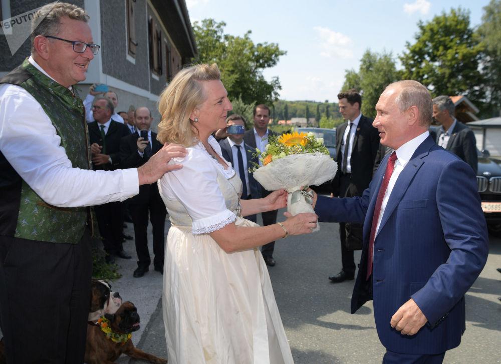 弗拉基米尔·普京向奥地利外长赠送鲜花