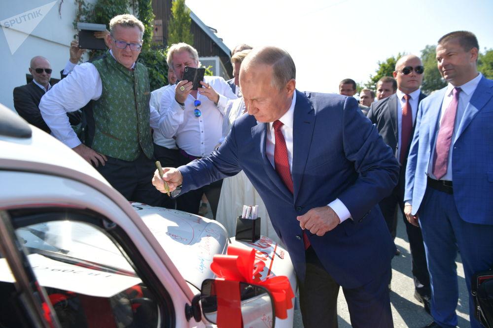 俄罗斯总统弗拉基米尔·普京在汽车上为新婚夫妇写下祝福