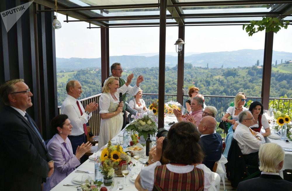 弗拉基米尔·普京在奥地利外长的婚礼上