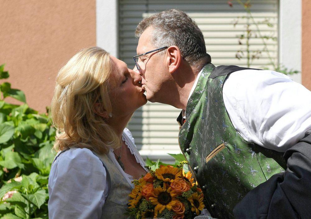 奥地利外长卡琳·克奈斯尔的婚礼和财政学家沃尔夫冈·麦林格尔