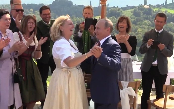 普京在奧地利外長的婚禮上