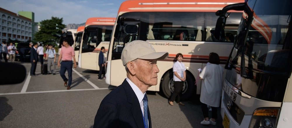 韩国探亲团赴朝与亲人会面
