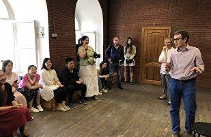 俄罗斯戏剧艺术学院院长格里高·扎斯列夫斯基来到上戏学生最后一堂课上