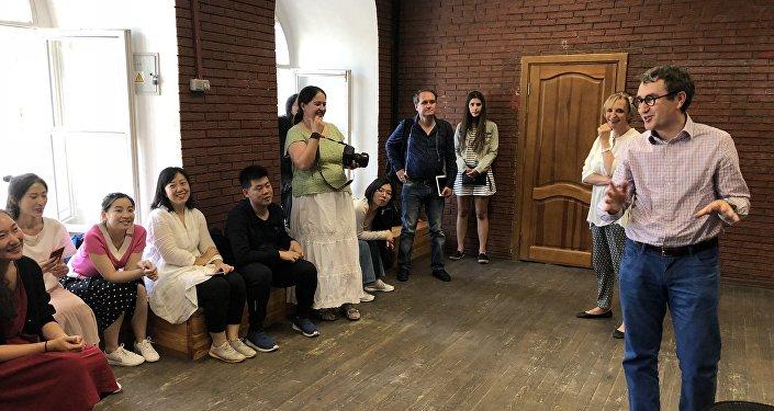 俄羅斯戲劇藝術學院院長格里高·扎斯列夫斯基來到上戲學生最後一堂課上