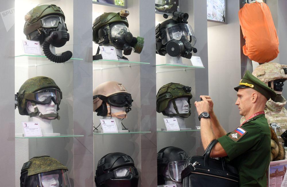 一名军人在拍摄装甲车头盔