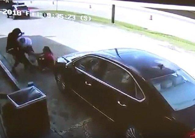 一名女子在與搶其包中75000美元搶劫犯激烈搏鬥後傷勢嚴重