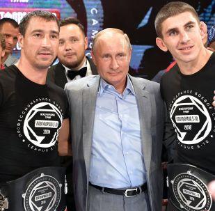 普京观看国际格斗式桑搏比赛并出席颁奖仪式