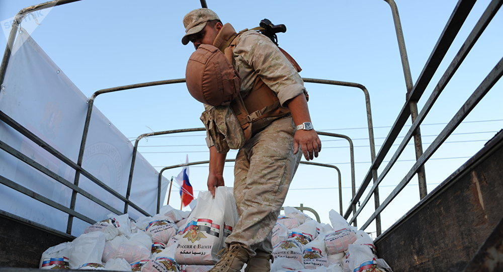 俄军向叙曼比季地区居民提供人道主义援助
